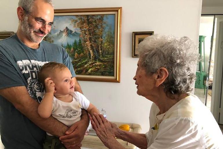 Volunteer with homebound senior at JCS' Matzah Mitzvah 2019